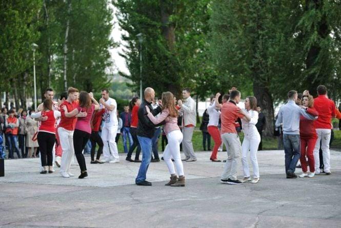 У суботні вечори тернополян запрошують на танці просто неба