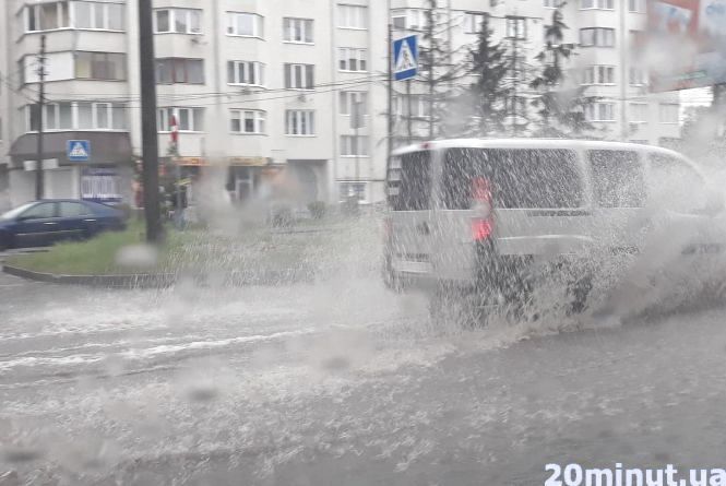 Тернопіль плаває: щоб перейти дорогу - треба стрибати