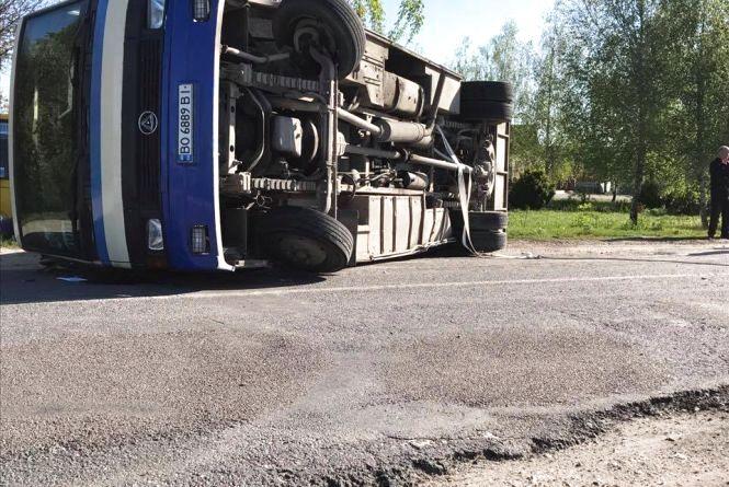 ДТП біля Збаража:  після удару автобус перекинувся на узбіччя