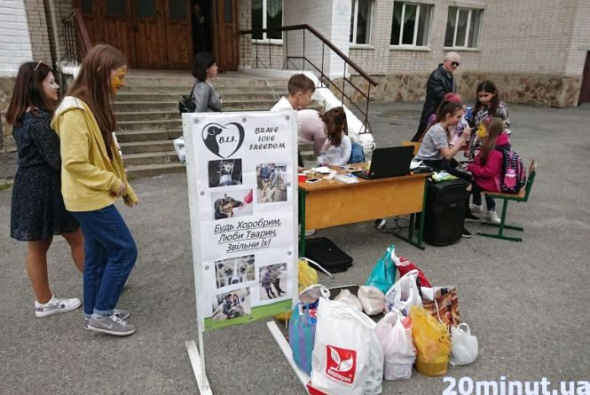 Школярі збирали харчі та кошти для собак