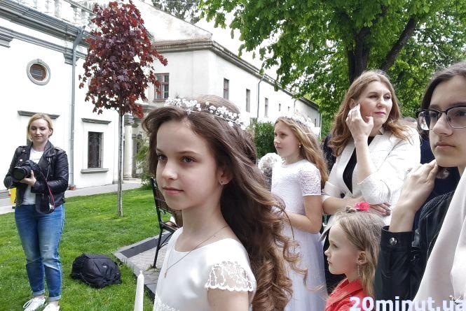 Фото дня: біля Катедри діти готуються до Першого причастя