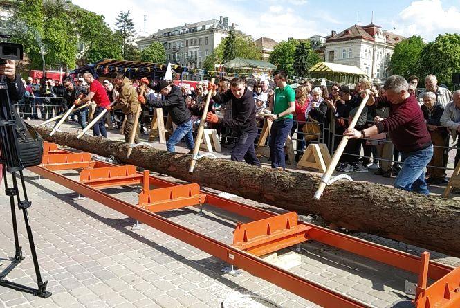 У Тернополі виготовили найбільший гостинний стіл з однієї деревини і встановили рекорд України