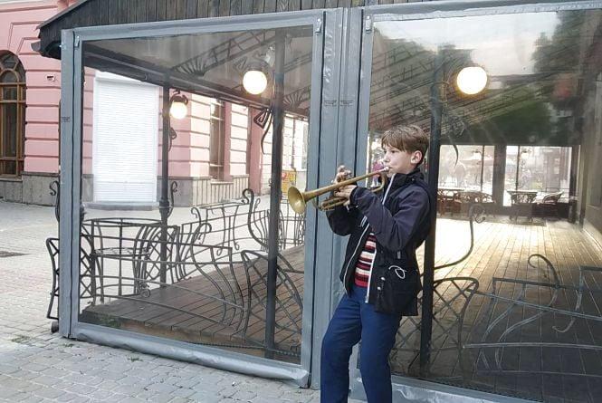 Відео дня: 11-річний вуличний музикант тішить тернополян грою на трубі