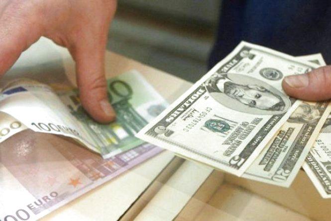 Курс валют: долар і євро дорожчають