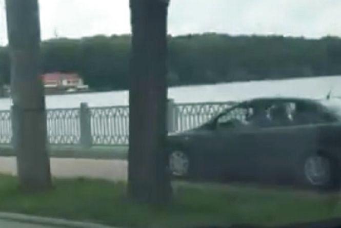 Поліція встановила особу водія іномарки, який влаштував ралі на пішохідній зоні біля Ставу