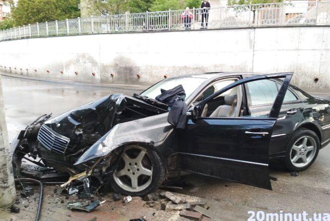 """На """"Дружбі"""" аварія. Mercedes на євробляхах на шаленій швидкості влетів у стовп (оновлено)"""