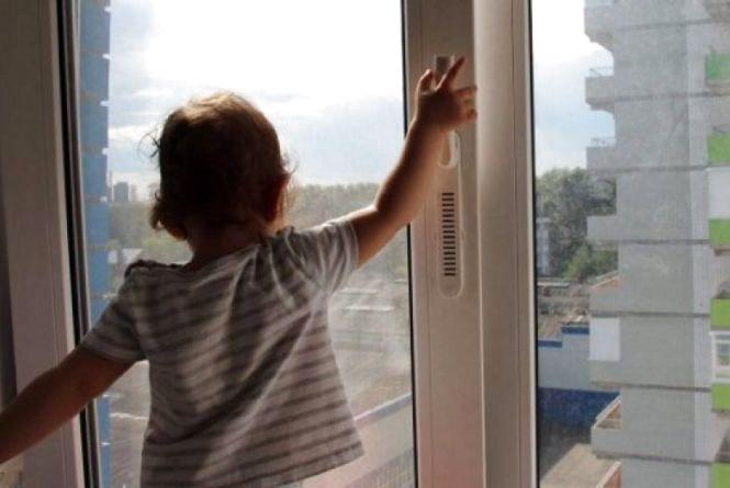 Поліцейські закликають дорослих не залишати відкритими вікна там, де є діти