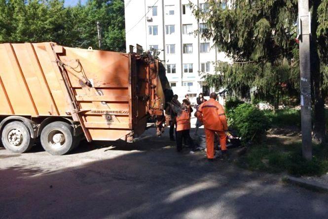 Тернополянка скаржиться, що з-під її будинку сміття забирають посеред ночі і вона не може спати