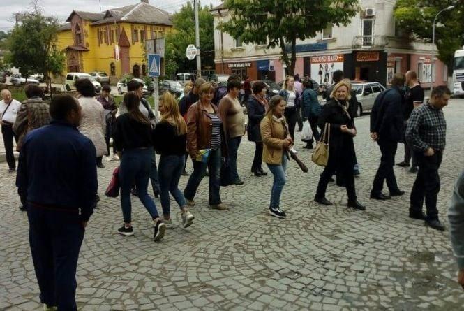 У Теребовлі перекрили дорогу міжнародного значення. Люди протестують проти закриття шкіл