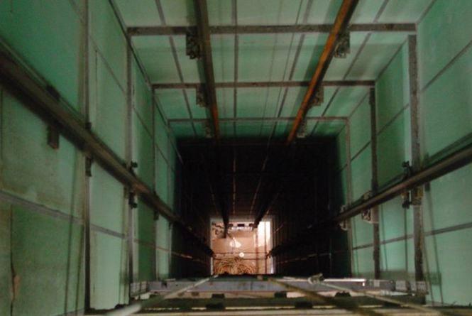 У Тернополі чоловік впав у шахту ліфта в новобудові