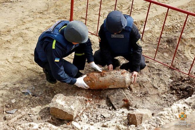 Авіабомбу, яку знайшли в центрі Тернополя, підірвали (відео)