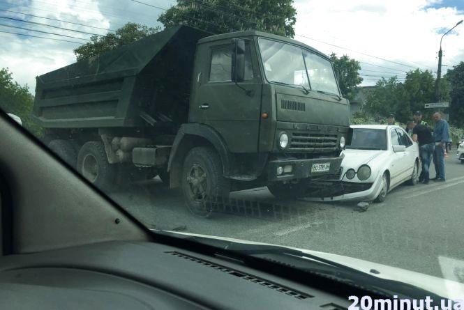 """ДТП на Микулинецькій: """"КамАЗ"""", Mercedes і затори"""