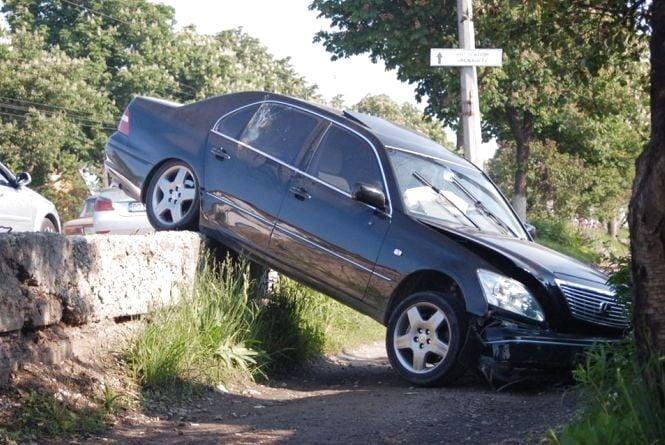 На Микулинецькій ДТП: авто злетіло з дороги на тротуар
