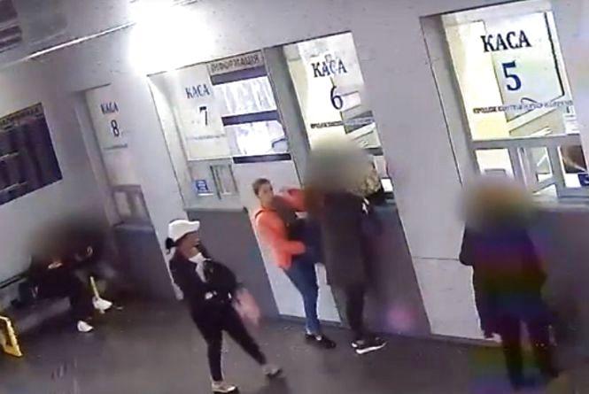 У Тернополі шукають двох жінок, яких підозрюють у крадіжці телефону та гаманця
