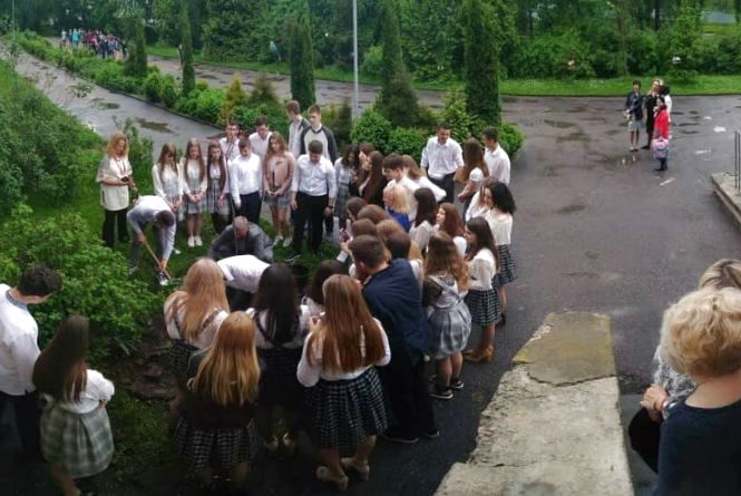"""""""Краще дерево в землі, ніж кулька в небі"""": учні тернопільської школи підтримали флешмоб"""