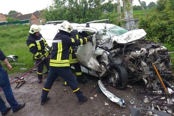 Іномарка влетіла у вантажівку: вже четверо загиблих, ще один в реанімації (оновлено)