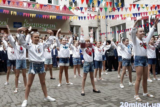 Останній дзвоник у школах Тернополя. Шукайте своїх дітей
