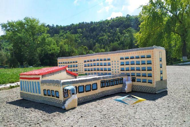 Жителька Тернопільщини створила з паперу точну копію місцевої школи