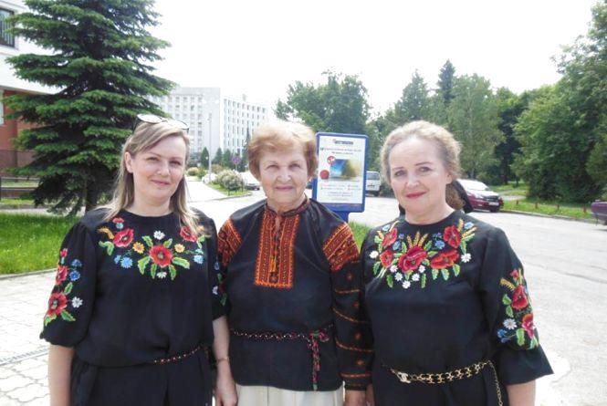 Лідія Романчук вишивала хіругрічним шовком на чоному сукні з шинелей наглядачок