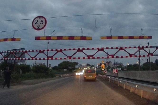 На Гаївському мості встановили нові обмежувачі руху: не можуть проїхати не лише фури