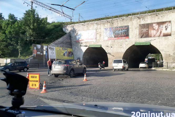 Перед тунелем на вул. Крушельницької ДТП. Водійка Smart у лікарні (оновлено)