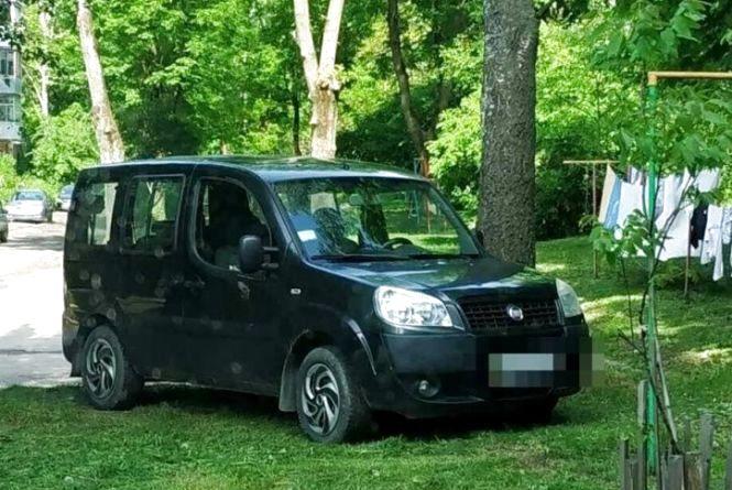 Близько 1500 штрафів за паркування на газонах отримали тернопільські водії