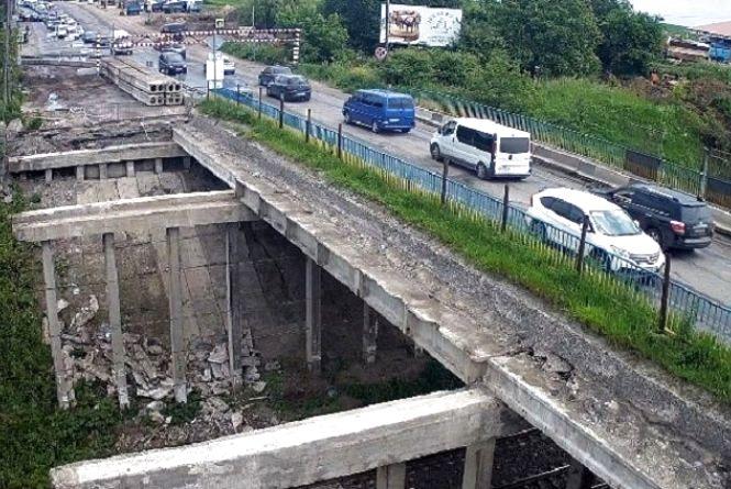 «Габаритні ворота» на Гаївському перехресті: доки будуть і як об'їхати міст вантажівкам