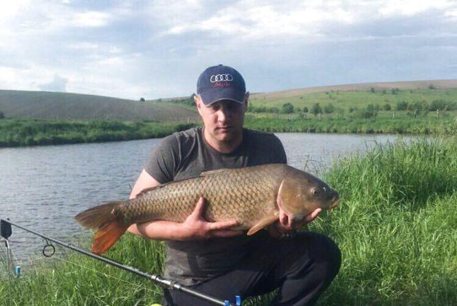 Фото дня: на Тернопільщині рибалка впіймав 22-кілограмову рибину та відпустив її