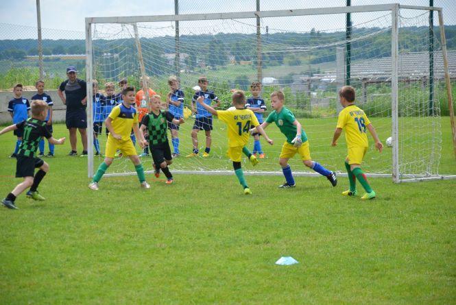 На футбольному турнірі серед 9-річних у Тернополі змагаються 12 команд