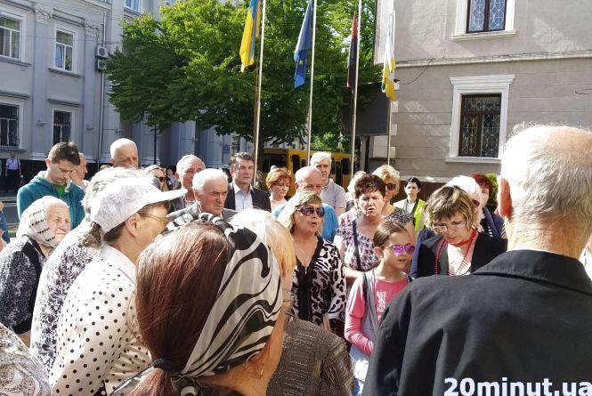 """""""Ми хочемо приватизувати землю"""": на сесію прийшли власники дач на Тарнавського, де має бути парк"""