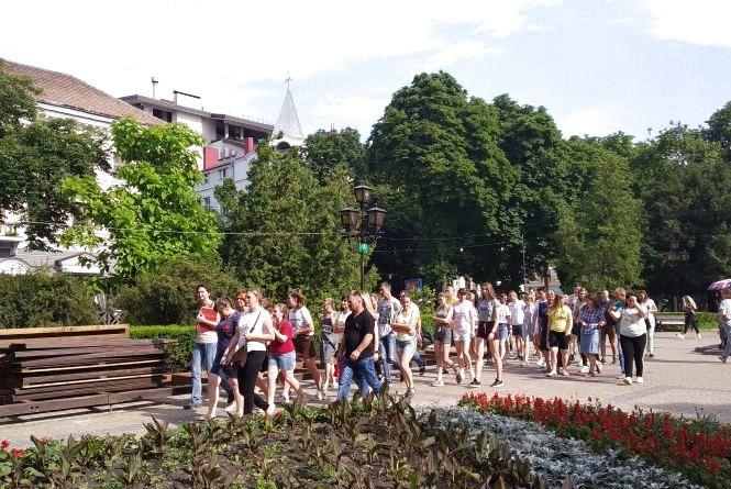 Фото дня: група туристів з Вінниці прогулюється центром Тернополя