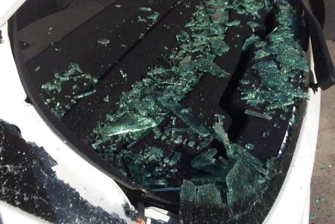 Тернополянці розтрощили авто: жінка підозрює сусіда, якому зробила зауваження про викинуті недопалки із вікна