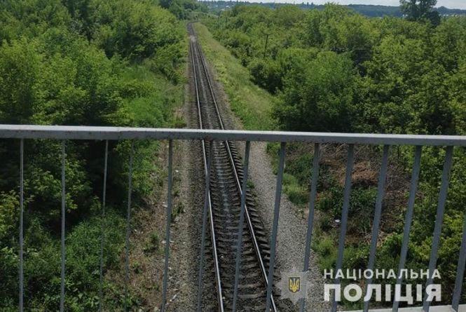 """Під мостом біля """"Білого замку"""" потяг збив чоловіка. Той спав на колії"""