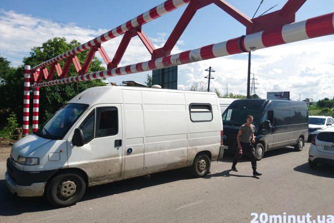 Биті люки, подерті дахи бусів: водіям, які їдуть через Гаївський міст, слід знати висоту свого транспорту