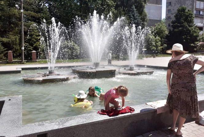На Східному діти розпочали купальний сезон у фонтані. Як думаєте, чи безпечно це?