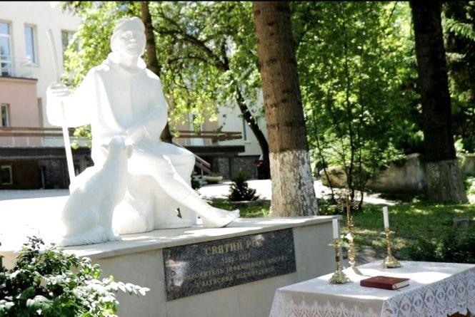 У Тернополі на території лікарні швидкої допомоги встановили пам`ятник Святому Роху