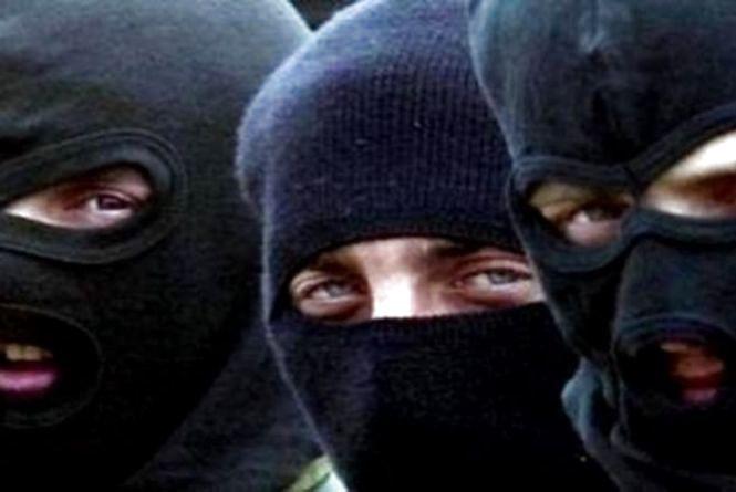 У Гаях Шевченківських троє в масках напали на родину. Хату перевернули, а людей нещадно катували