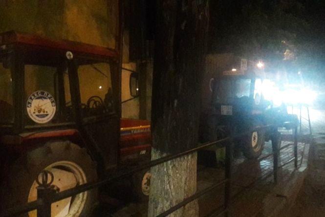Один трактор працював, два інших перегородили весь тротуар. Люди, щоб обійти, виходили на дорогу