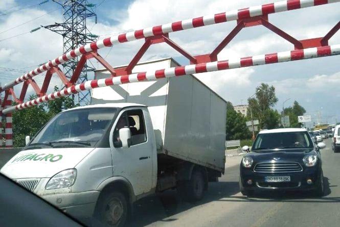 """Фото дня: на Гаївському мості водій """"програв"""" у боротьбі з обмежувачем"""