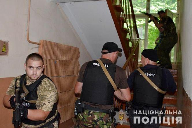 """У Тернополі """"звільняли"""" заручника – представника окружної виборчої комісії"""