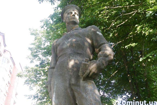 Розфарбований вандалами та зарослий травою: яка доля пам'ятника Герою-матросу у Тернополі
