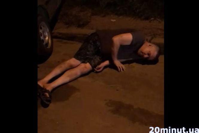 «Це жах, як з таким їхати?». У Тернополі п'яний водій таксі заснув на дорозі