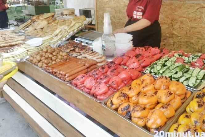 Кухня під відкритим небом, концерти та битва фарбою: у парку Шевченка гастрономічний фестиваль