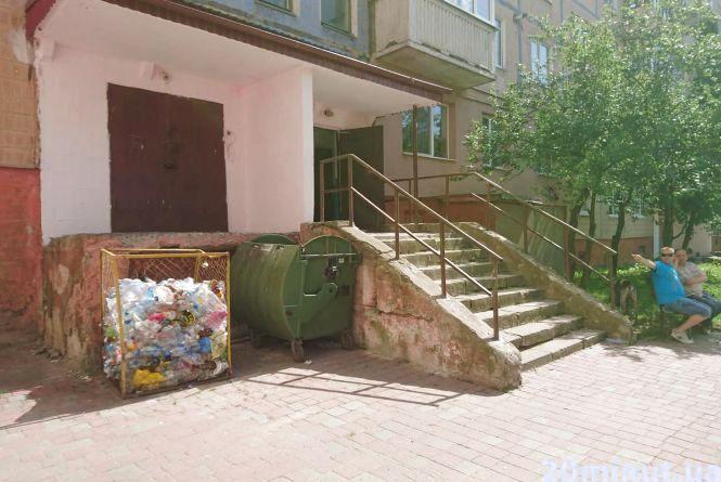 """""""Весь під'їзд сміття несе на мій поверх"""": на Тарнавського не заварені сміттєпроводи і не всі мешканці цього хочуть"""