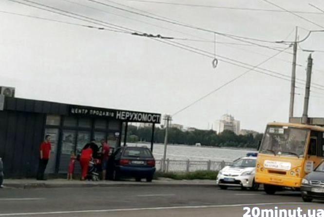 """Авто поїхало вперед, а водій - за ним: відео з аварії біля """"Маяка"""""""