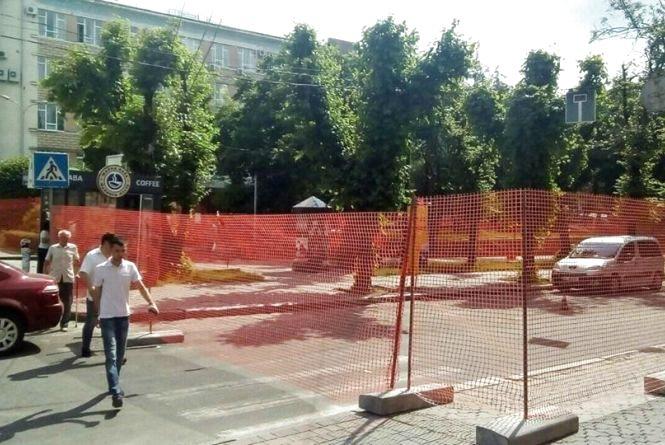 Фото дня: біля Театралки перекрили дорогу
