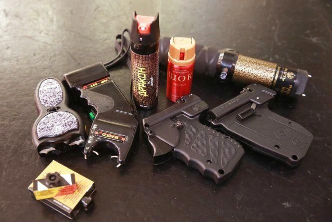 Пістолет, газовий балончик, бита: що дозволено для самозахисту