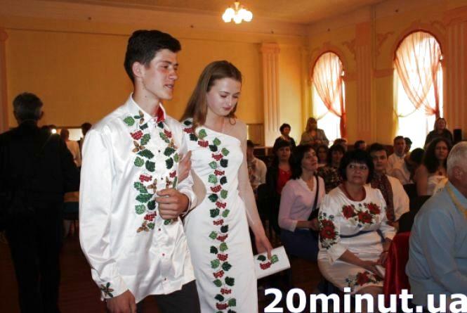 Випускники, які перемогли у конкурсі вишиваних костюмів отримають 20 тисяч гривень
