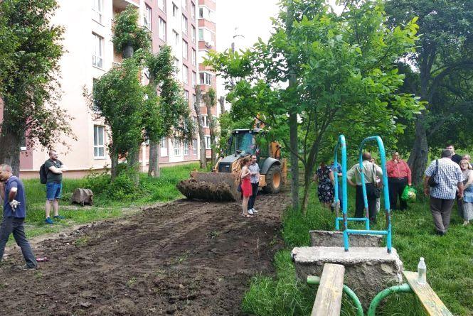 Війна за територію: на Київській ОСББ хоче облаштувати ділянку біля будинку, сусіди кажуть, що це їхня територія