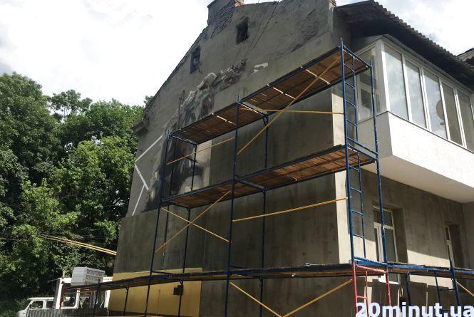В Тернополі знищують мурал Кузьмі, бо утеплюють будинок